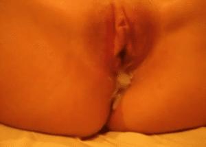 Cette jeune femme se fait remplir la chatte lors d'un trio - Vidéo creampie