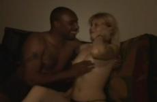 Deux blacks remplissent la chatte de cette jeune femme - Video creampie