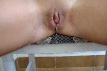 Elle est assise sur une chaise et laisse couler le sperme de sa chatte - Video creampie