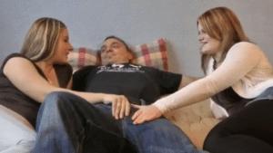 Elle lèche tout le sperme sur la chatte de sa copine - Vidéo creampie