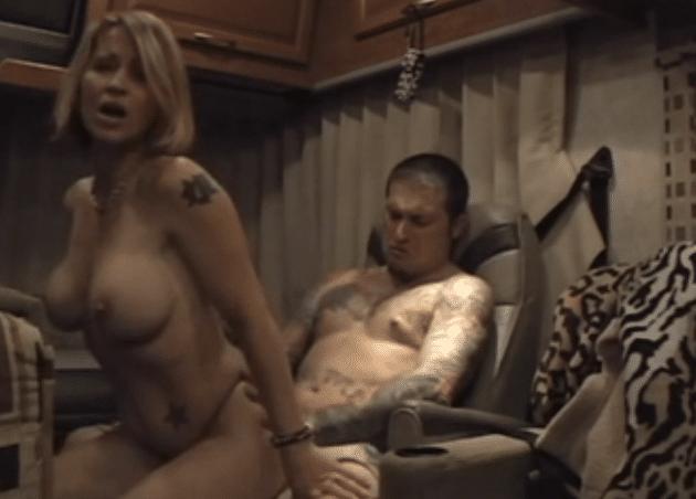Une femme blonde se fait remplir l'anus dans un camping car - Vidéo creampie