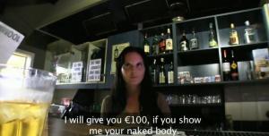 Une barmaid est baisée sur son lieu de travail - Creampie vaginal