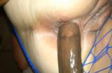 Elle se fait défoncer le cul par son petit copain black - Creampie anal