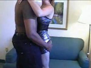 Une brune est démontée par un black bien membré devant son mari - Cuckold creampie