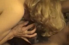 Une femme mature se fait remplir la chatte par son amant black - Cuckold creampie