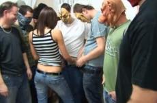 Deux femmes dans un gangbang énorme - Creampie vaginal