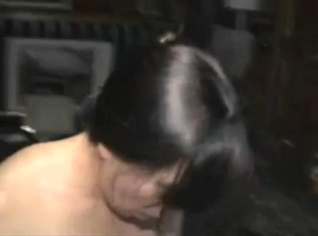 Elle lche le sperme sorti du cul de sa copine encule