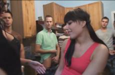 Une jeune femme est remplit par plusieurs mecs pendant un gangbang - Creampie vaginal