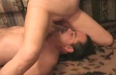 Le mari cocu assume son rôle de soumis - Cuckold creampie