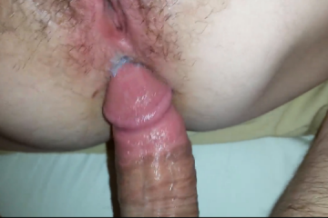 Il encule le cul poilu d'une femme mature - Creampie anal