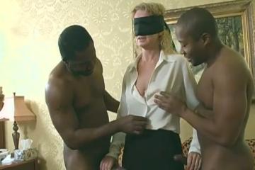 Une blonde mature est offerte à deux blacks pour être remplie - Cuckold creampie