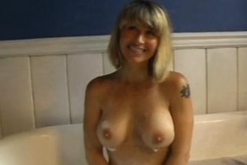 Une blonde tatouée est baisée dans une baignoire - Creampie vaginal
