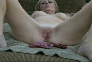 Une femme mature aime avoir du sperme dans sa bouche et sa chatte - Creampie vaginal