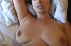 Une MILF aux gros seins est baisée avec son sextoy - Creampie vaginal