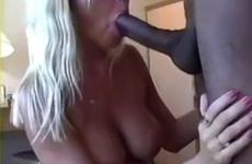 Une blonde mature aux gros seins est baisée par une ÉNORME queue - Creampie vaginal