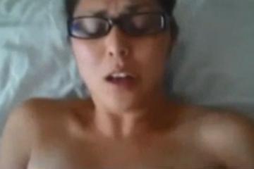 Une femme ronde aux lunettes se masturbe la chatte remplie de sperme - Creampie vaginal