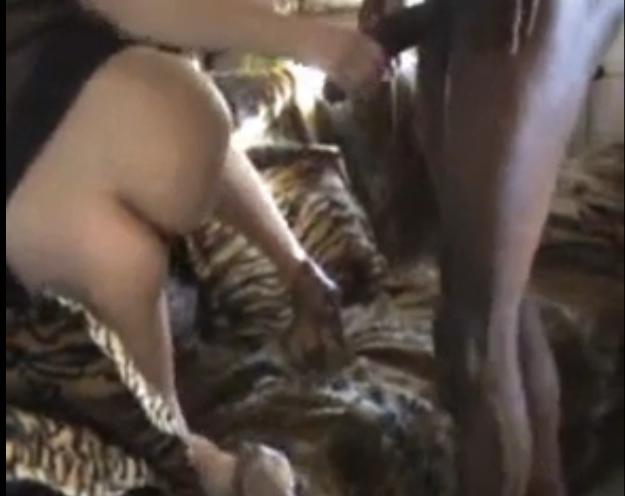 Elle suce son mari et l'un de ses amis aprs une soire