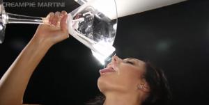 Elle se fait remplir la chatte par 7 hommes et boit leur sperme - Creampies