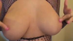 Une brune sexy aux magnifiques seins est baisée par un black - Creampies