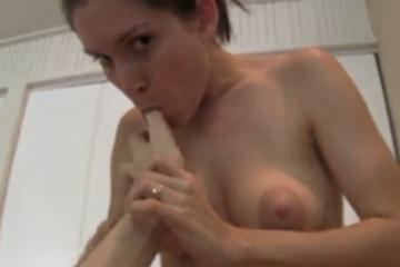 Une femme aux gros mamelons se fait remplir la chatte de sperme - Creampies