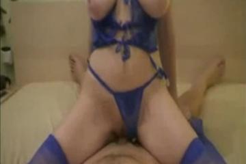 Une femme aux gros seins et lingerie sexy chevauche son homme - Creampies