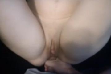 Il éjacule dans le joli cul de sa copine - Creampies