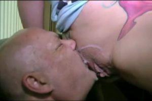 Son mari cocu lui nettoie la chatte apres une creampie - Ejaculation Interne