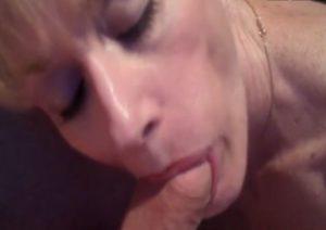 Cette MILF cuckold suce et recoit une vaginal creampie - Ejaculation Interne