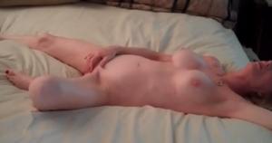 Une femme mature aux gros seins est remplie par son amant - Cuckold creampie