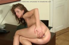 Une jeune fille reçoit une belle éjaculation interne - Anal creampie