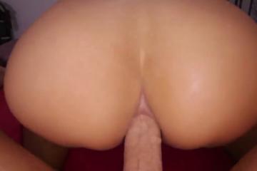 Une brune sexy bouge son cul sur la bite de son homme
