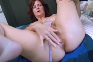 Une femme mature rousse se fait remplir la chatte de bon matin