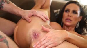 Une maman aux gros seins se fait remplir le cul