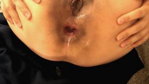 Un mec éjacule son foutre au fond du cul de sa copine asiatique
