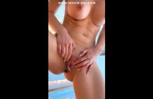 Elle se fait remplir la chatte dans un spa