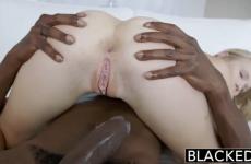 Remplie par une énorme queue de black
