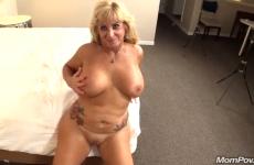 Une MILF de 50 ans aux gros seins se fait remplir la chatte
