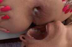 Une blonde aux gros seins se fait remplir le cul de sperme