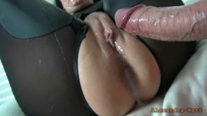 Gros squirt et remplissage de cul pour cette mature